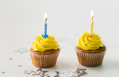 Geburtstagskleine kuchen mit brennenden Kerzen Stockbild