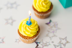 Geburtstagskleine kuchen mit brennenden Kerzen Stockfotografie