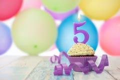 Geburtstagskleiner kuchen für fünften Geburtstag und Ballone Stockfotografie