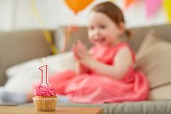 Geburtstagskleiner kuchen für Kind ein Jahrjahrestag Stockfotos