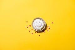 Geburtstagskleiner kuchen gegen einen gelben Hintergrund lizenzfreie stockfotos