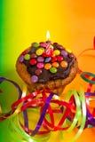 Geburtstagskleiner kuchen mit brennender Kerze und Dekoration Stockfoto