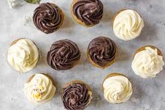 Geburtstagskleiner kuchen mit der Schokolade, die auf der Spitzenebenenlage bereift lizenzfreie stockbilder