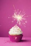 Geburtstagskleiner kuchen mit einer Wunderkerze Lizenzfreies Stockfoto