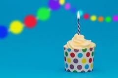 Geburtstagskleiner kuchen mit Girlande Lizenzfreie Stockfotos