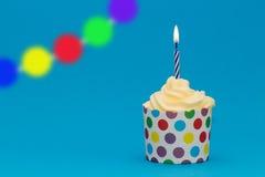 Geburtstagskleiner kuchen mit Girlande und brennender Kerze Lizenzfreies Stockbild