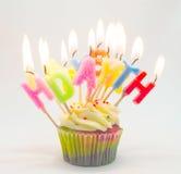 Geburtstagskleiner kuchen mit glücklichem Geburtstag des Kerzenbuchstaben Stockfotos