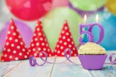 Geburtstagskleiner kuchen mit 50 Jahrestagen mit Kerze Lizenzfreie Stockfotos