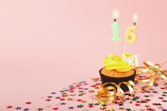 16. Geburtstagskleiner kuchen mit Kerze und besprüht Lizenzfreie Stockfotografie