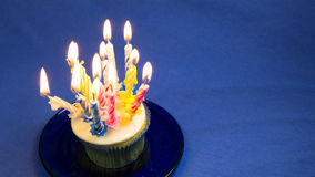 Geburtstagskleiner kuchen mit Kerzen Stockbild