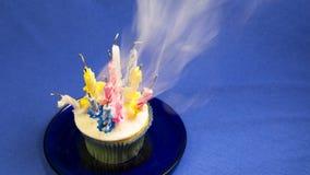 Geburtstagskleiner kuchen mit Kerzen und Rauche Stockfoto