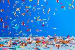 Geburtstagskonfettis auf blauem Hintergrund Lizenzfreies Stockbild
