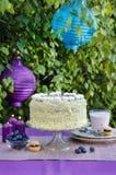 Geburtstagskuchen auf dem Tisch Gartenfest Stockfotos