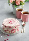 Geburtstagskuchen für Valentinstag mit rosa Herzen und buntes besprüht Valentinstagkartenhintergrund mit Kopienraum stockfoto