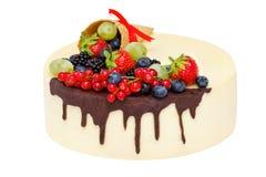 Geburtstagskuchen mit der Schokolade und Früchten lokalisiert über weißem, selektivem Fokus Stockbild