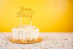 Geburtstagskuchen mit goldenem Deckel Geburtstagsfeierfeierbetrug stockfotografie