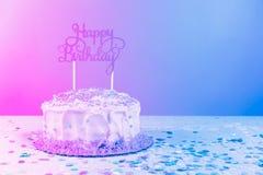 Geburtstagskuchen mit goldenem Deckel Geburtstagsfeierfeierbetrug lizenzfreie stockbilder