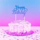 Geburtstagskuchen mit goldenem Deckel Geburtstagsfeierfeierbetrug lizenzfreies stockbild