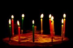 Geburtstagskuchen mit Kerzen auf dunklem Hintergrund stockbild