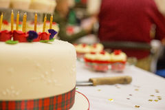 Geburtstagskuchen mit tarten, Rosen und candels Stockbilder