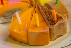 Geburtstagskuchen, Schnitt in die Dreiecke geschmackvoll lizenzfreies stockbild