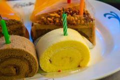 Geburtstagskuchen, Schnitt in die Dreiecke geschmackvoll stockfoto