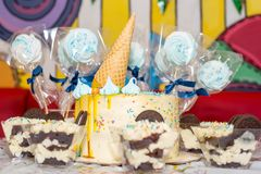 Geburtstagskuchen und -bonbons für Feiertagstabelle stockfotografie