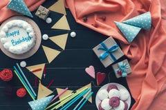 Geburtstagskuchen und -dekoration für Partei Lizenzfreies Stockfoto