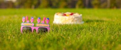Geburtstagskuchen und -gläser, der ein glückliches sagt Lizenzfreie Stockfotos