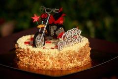Geburtstagskuchen verziert mit Motorrad- und Rotsternen Lizenzfreies Stockfoto