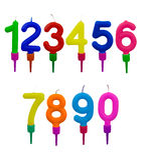 Geburtstagskuchenkerzen in den Haltern, Zahlen, lokalisiert auf Weiß Lizenzfreie Stockbilder