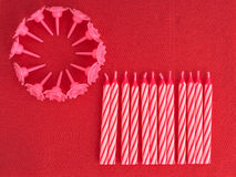 Geburtstagskuchenkerzen, unlit auf rotem Serviettenalias Serviette backgro Stockfotos