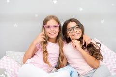 Geburtstagsmädchen Kinder, die mit Grimassenpassfotoautomatstützen aufwerfen Pyjamapartei im Schlafzimmer Freunde nett und nett lizenzfreies stockbild