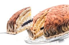 Geburtstagsschwammkuchen mit Sahne, Marzipan und Mohn, Stück des Sahnekuchens, Konditorei, Fotografie für Shop, Süßspeise Stockfotos
