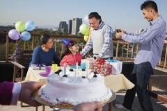 Geburtstagsteil, Familie von mehreren Generationen Lizenzfreie Stockfotos