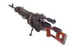 Gecamoufleerd sluipschuttergeweer Royalty-vrije Stock Afbeeldingen