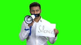 Gecensureerde mens met zwarte band over mond stock videobeelden