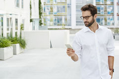 Geck im weißen Hemd Stockbild
