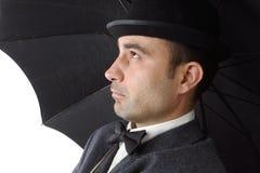 Geckiger Mann mit Regenschirm Stockfoto
