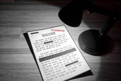 Geclassificeerd dossier met redactions in een schijnwerper stock afbeelding