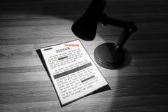 Geclassificeerd dossier met redactions in een Zwart-witte schijnwerper - stock afbeelding