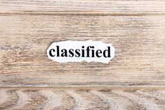 geclassificeerde tekst op papier Word op gescheurd document wordt geclassificeerd dat Het beeld van het concept royalty-vrije stock afbeeldingen