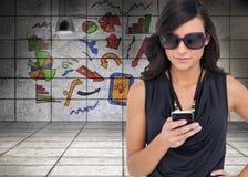 Geconcentreerd brunette die zonnebril het texting dragen Stock Afbeeldingen