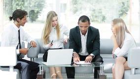 Geconcentreerd commercieel team op het werk die over bedrijfsproblemen denken royalty-vrije stock afbeelding