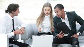 Geconcentreerd commercieel team op het werk die over bedrijfsproblemen denken stock foto's