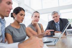 Geconcentreerd commercieel team tijdens vergadering stock afbeeldingen