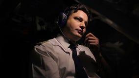 Geconcentreerd de leidingsvliegtuig van de vliegtuigbemanningsbevelhebber en het spreken door walkie-talkie stock footage
