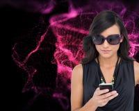 Geconcentreerd elegant brunette die zonnebril het texting dragen Royalty-vrije Stock Fotografie