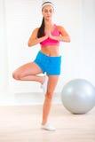 Geconcentreerd jong meisje dat yogaoefeningen doet Royalty-vrije Stock Foto's