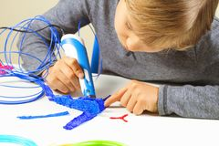 Geconcentreerd kind die nieuw 3d voorwerp met 3d drukpen creëren Stock Afbeeldingen